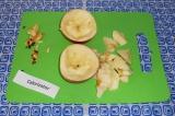Шаг 3. Яблоко разрезать на 2 части, удалить семечки и сердцевину. Мякоть пока