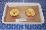 Шаг 4. Выстелить в форму пергаментную бумагу. Выложить яблоки на противень.