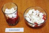 Шаг 7. Разлить клубничное пюре в стаканы или креманки. Выложить в него 2/3 четве