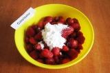 Шаг 2. Добавить к ягодам 40 гр. сахарной пудры и сахар.