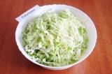Шаг 1. Помыть и хорошо обсушить кочан капусты. Мелко нашинковать ее.