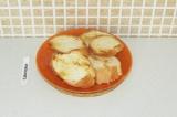 Шаг 4. Кусочки багета поджарить на сухой сковороде.