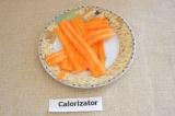 Шаг 2. Морковь помыть и также нарезать тонкими слайсами.