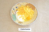 Шаг 5. Сыр натереть на терке, добавить йогурт и яйцо. Посолить и поперчить, хоро