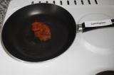 Шаг 1. Выложить икру минтая на сковородку без масла.