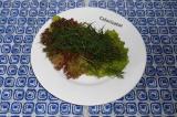 Шаг 4. Выложить листья салата и укроп.