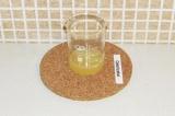 Шаг 3. Выжать сок из лимона.