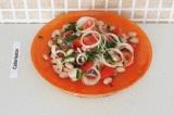 Готовое блюдо: салат из фунчозы и фасоли