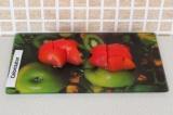 Шаг 2. Порезать помидор на квадратики.