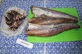 Шаг 1. Убрать внутренности и плавники, промыть рыбу под проточной водой.