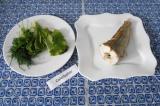 Шаг 6. Выложить кусок рыбы в тарелку. Украсить большим количеством зелени.
