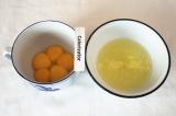 Шаг 1. Желтки отделить от белков, белок одного яйца отложить для крема.