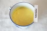 Шаг 2. Взбить желтки, добавив пол стакана сахара.
