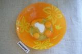 Шаг 1. Яйца соединить с сахаром.