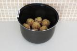 Шаг 10. Положить в чашу мультиварки грибы и поставить на режим выпечка на 20 мин