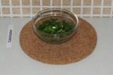 Шаг 9. Нарезать зеленый лук.