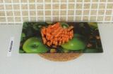 Шаг 4. Нарезать морковь полукольцами.