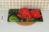Шаг 7. Нарезать помидор маленькими кубиками.