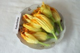 Шаг 1. Подготовить цветы к приготовлению, убрать пестики и тычинки.