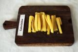 Шаг 2. Сыр нарезать полосками или натереть на тёрке.