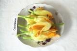 Шаг 3. Вложить полоски сыра внутрь цветка.