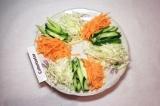 Шаг 5. Между огурцами и капустой выложить морковь.