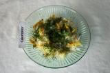 Шаг 10. Посыпать укропом салат, полить оставшимся маслом и перемешать.