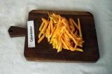 Шаг 2. Морковь очистить и нарезать соломкой.