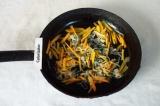 Шаг 4. Добавить морковь и слегка обжарить до мягкости моркови.