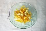 Шаг 6. Смешать морковь с луком и картофель, посолить.