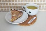 Готовое блюдо: пирог с персиками и бананами