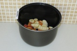 Шаг 6. Выложить фрукты на дно чаши мультиварки.