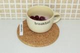 Шаг 9. Вишню разморозить, залить молоком и взбить блендером (вишневый сок).