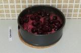 Шаг 12. Полить вишневым соком и выложить поверх вишню.
