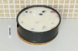 Шаг 13. Залить бисквит агарно-молочной смесью и оставить застывать (можно постав
