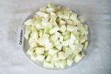 Шаг 3. Небольшими кубиками нарезать патиссоны.