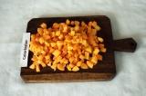 Шаг 5. Мелкими кубиками нарезать морковь.