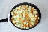 Шаг 6. Добавить морковь к патиссонам размешать, посолить и жарить минут 15