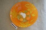 Шаг 1. Для бисквита нужно смешать яйца с сахаром.
