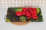 Шаг 2. Нарезать кубиками помидоры.