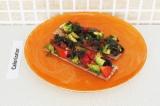 Готовое блюдо: бутерброд с базиликом и авокадо