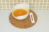 Шаг 4. Выжать сок из мандарин и добавить агар-агар, оставить набухать на 30 мин.