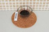 Шаг 6. Растопить на водяной бане какао-масло и смешать его с какао-порошком.