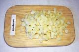 Шаг 1. Картофель отварить, очистить, нарезать кубиками и сбрызнуть уксусом.