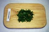 Шаг 8. Измельчить петрушку и посыпать петрушкой салат.