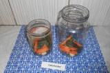Шаг 2. Нарезать соломкой морковь и добавить в банки.