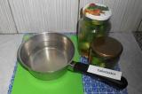 Шаг 7. Залить кипящим рассолом огурцы.