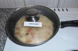 Шаг 9. Убавить огонь на средний, закрыть крышку и готовить 10 минут.