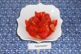Шаг 1. Нарезать помидор, выложить в тарелку.