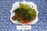 Шаг 2. Добавить нарезанный салат и укроп, перемешать.